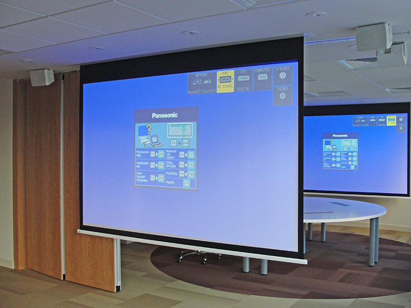 Ekran projekcyjny wysuwany